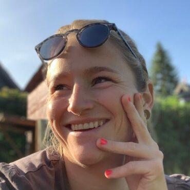 Foto af en sommer-glad Marlene fra Vejsideboden i Solrød Landsby