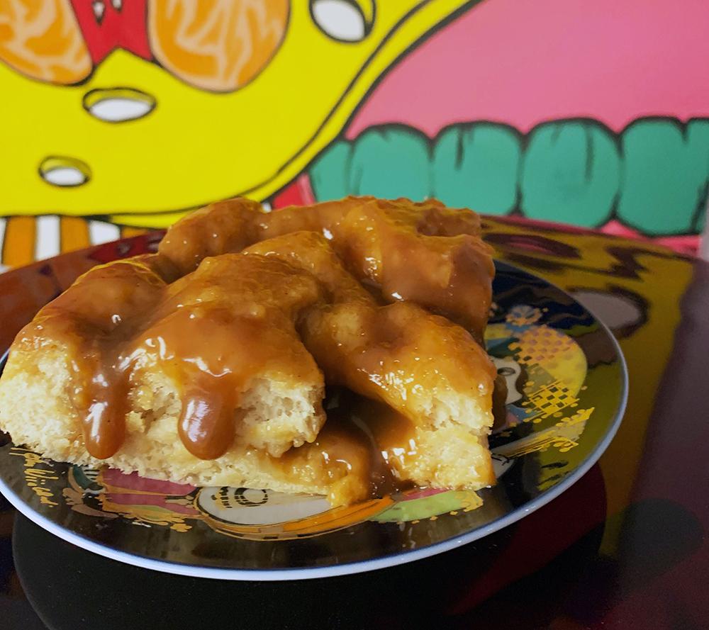 snasket brunsviger lavet på fynsk manner med kagecreme, kagen ligger på tallerken med et billede i baggrunden